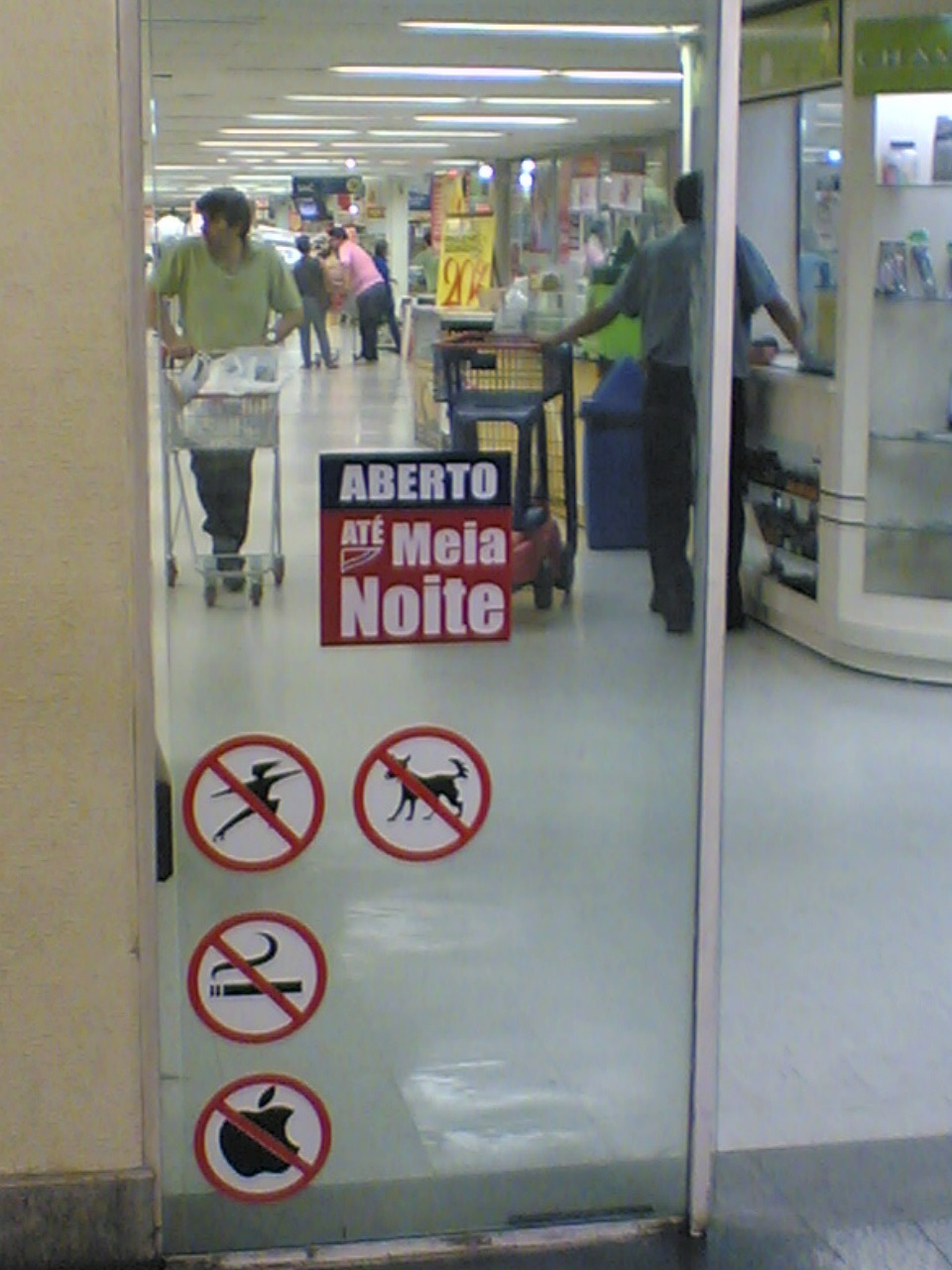 Extra proíbe MAC em sua loja de Curitiba